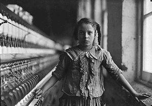 Niña trabajadora de una fábrica textil en el siglo XIX